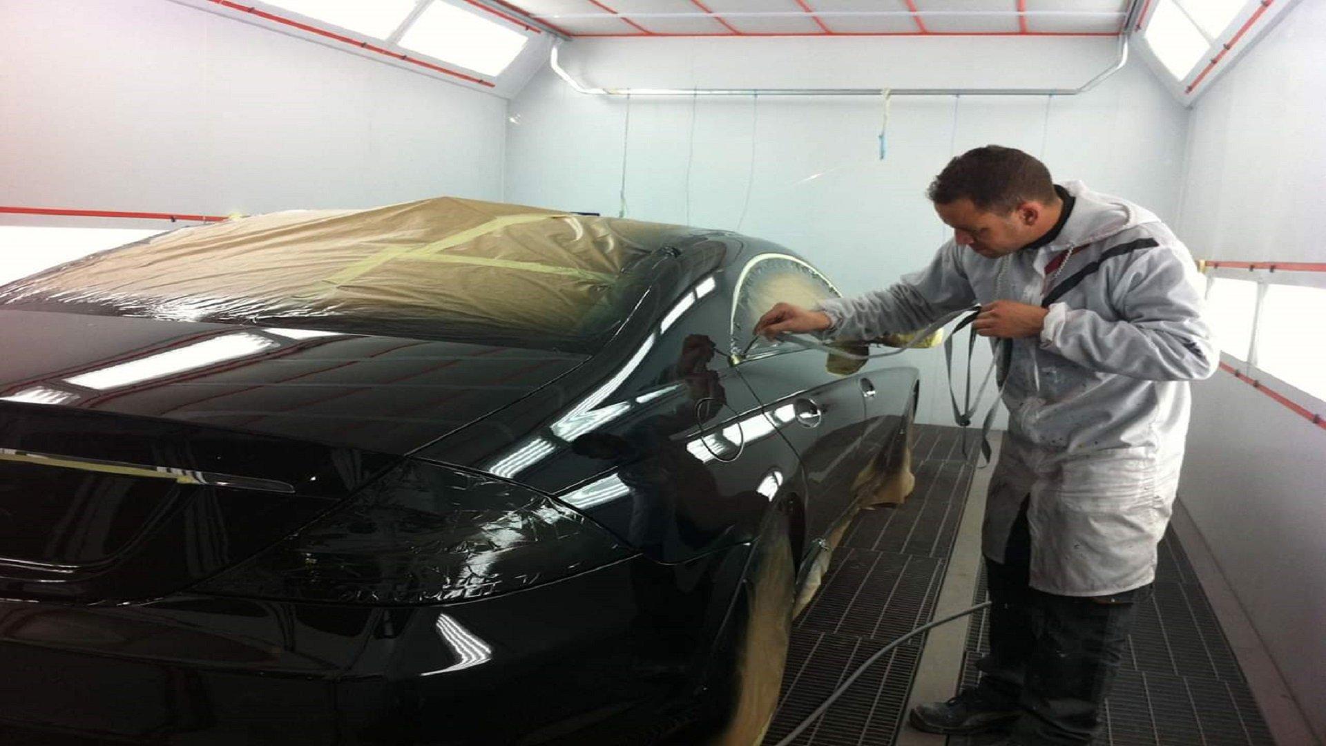 Trabajando en la cabina de pintura - Monime Taller de chapa y pintura en Zaragoza
